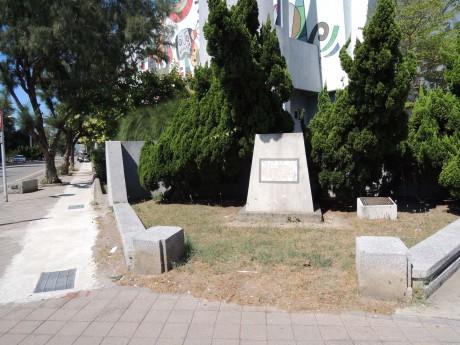 Stèle érigée à la mémoire de l'amiral Courbet sur l'île de Makung