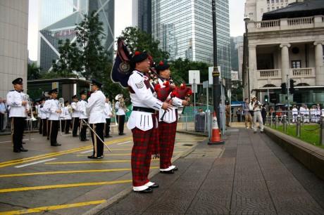 La fanfare du régiment de Hong Kong, avec ses deux célèbres joueurs de cornemuse.