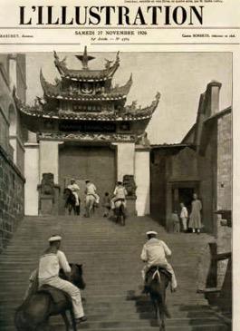 """« Devant les bureaux de la Marine, à Tchoung-King sur le Yang-Tsé, à 1400 milles de la mer Les estafettes en col bleu montent et descendent à cheval le grand escalier."""" Source : l'Illustration du 27 novembre 1926"""